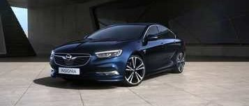 New Opel Insignia Grand Sport, син, на фона на надземен паркинг